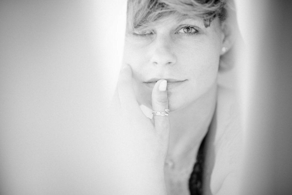 Nahes Portrait beim Fotoshooting mit natürlichem Licht unter einem weißen Tuch in Dortmund
