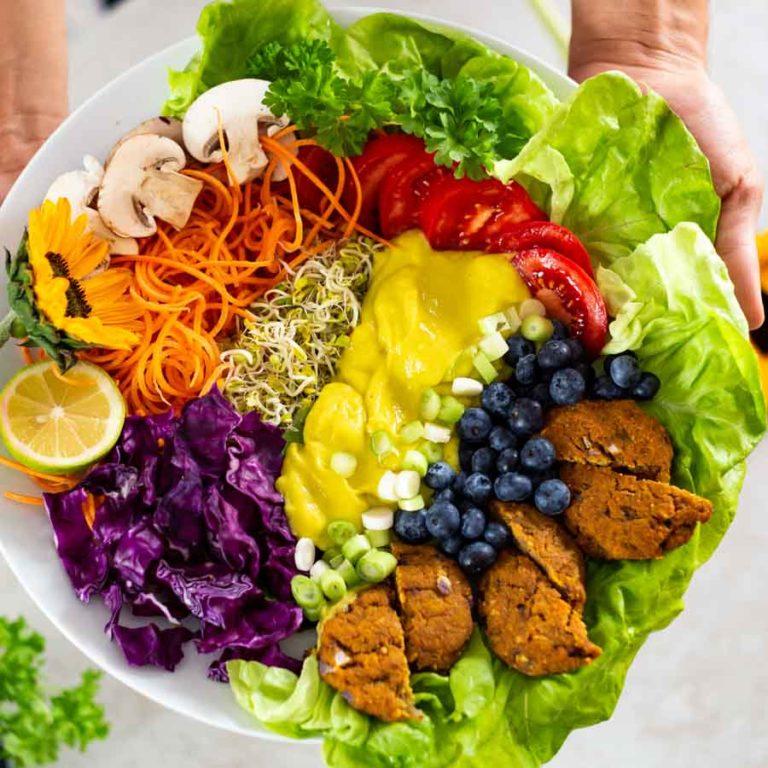 Großer bunter Salat in einer Schüssel